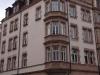 Denkmalgeschützte Häuserfassade mit Denkmalschutzfenster von Reheuser
